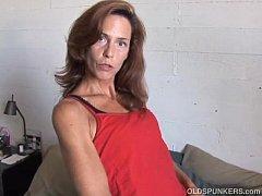 Порно видео зрелая сосет двум молодым парням