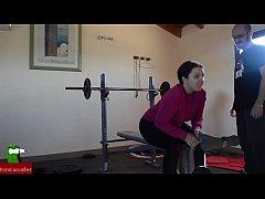Негретянку трахает спортзале