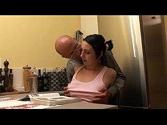 Секс видео на кухне со слесарем