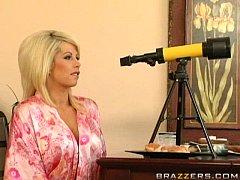 Блондинка получает удовольствие от одного члена - смотреть порно онлайн