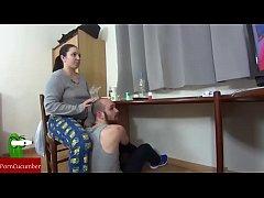 Порно училка залезла под стол