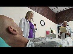 Медсестры куражутся в чулках порно